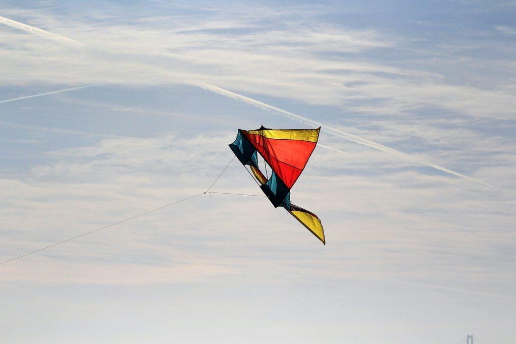 空を飛ぶ夢・落ちる夢の意味とは