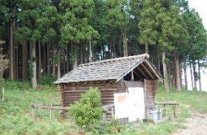 山頂にある小屋にはだいだらぼっち伝説が