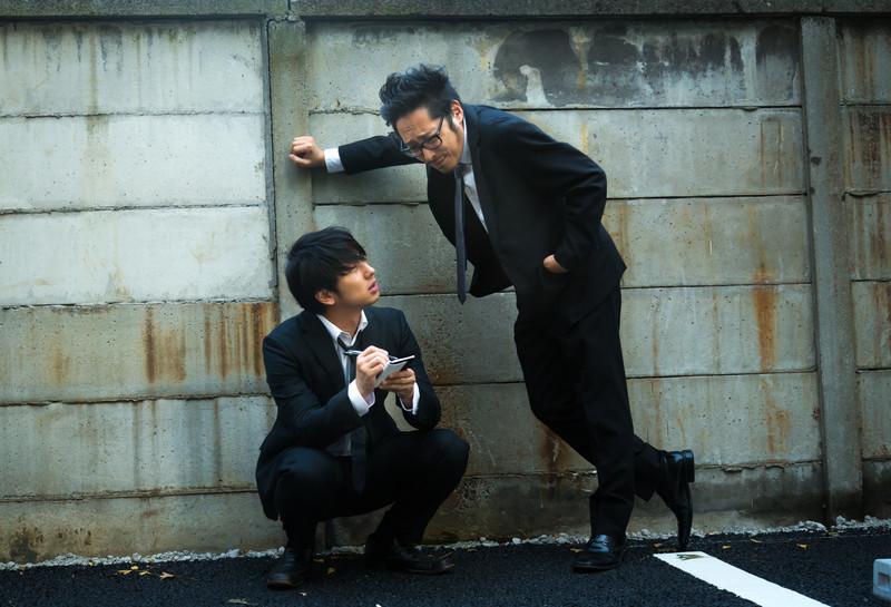 メガネの男性は高圧的にものを言い、気の弱そうな男性はメモを取りながら目線が遠くなる