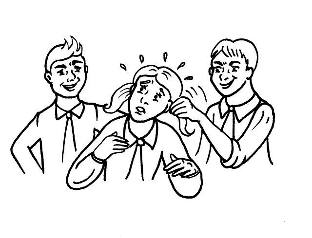 気の弱そうな女の子の髪を引っ張って女の子が困っている様子を見て笑う二人の男の子