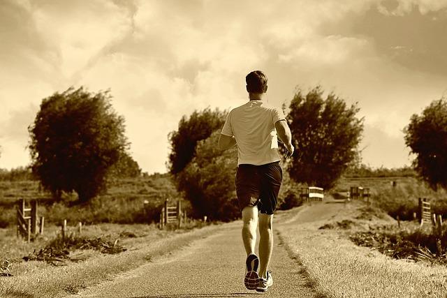 セピア・走る男性の後ろ姿