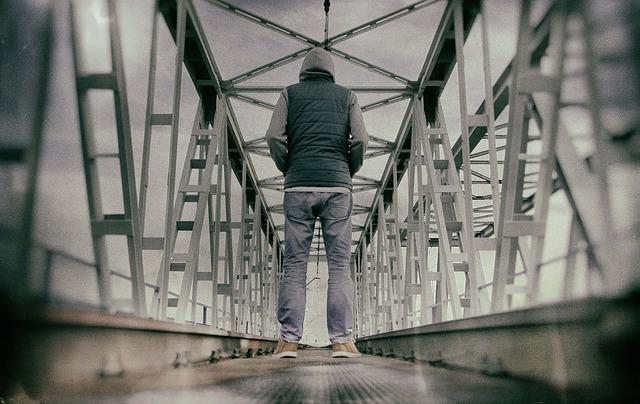 橋の上で佇む男性の後ろ姿