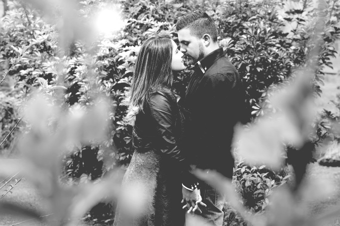 木の陰で抱き合うカップル