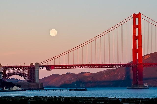 夜が明けた空に浮かぶ満月
