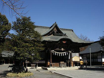 青い空の下に神社の境内が広がっている