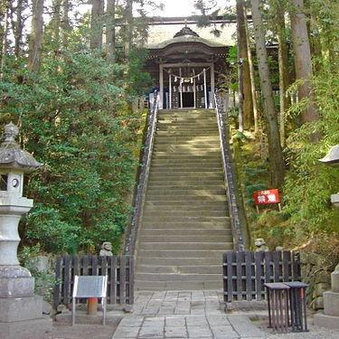 神社の前にある急な階段
