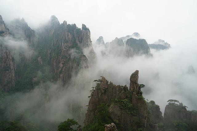 雲に覆われた岩山