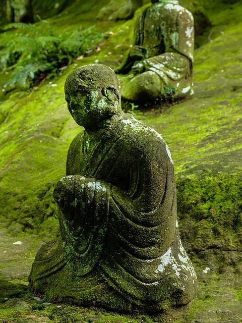 苔の生えた仏像