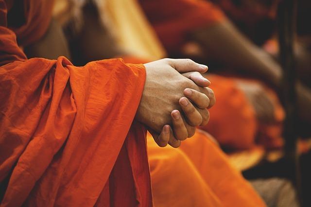 お祈りをする僧侶の手