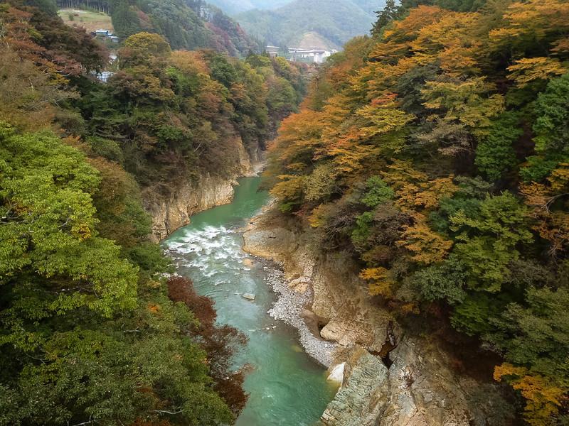 谷を流れる川