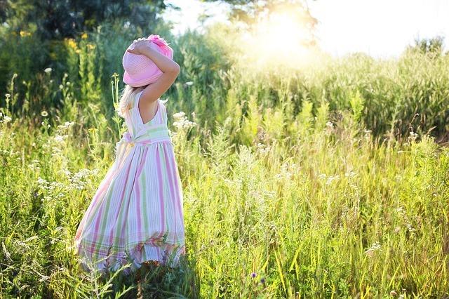草原に立つ少女
