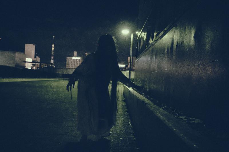 暗闇の中にいる女性