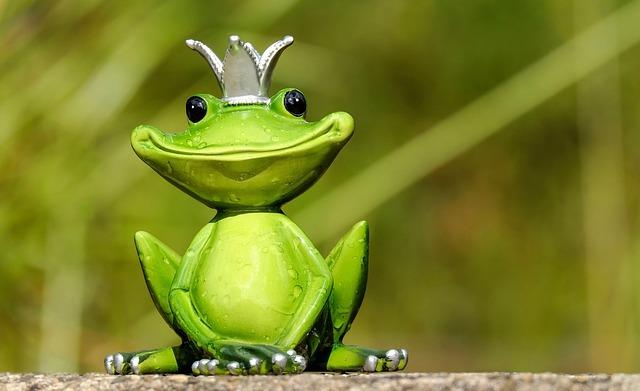 王冠を被った蛙の置物