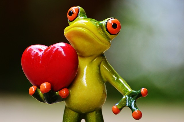 ハートを持つ蛙の置物