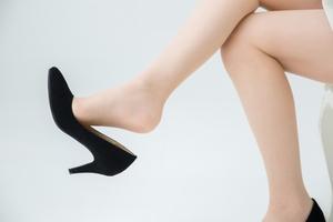 秘密の足ケア法!足を上げて寝る効果の凄さとやり方