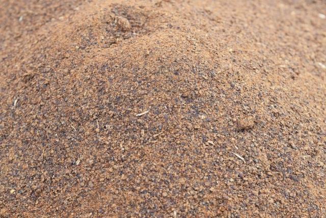 油粕(油かす)ってどんな肥料?成分・効果と正しい使い方をご紹介!