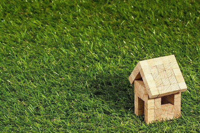 庭のDIYにおすすめな人工芝10選!敷き方や整地・排水のコツも解説