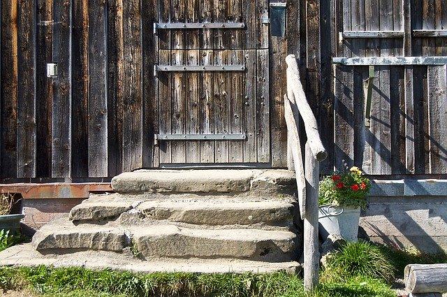 玄関の階段部分に手すりを作ろう!DIYする場合に必要な材料と手順を紹介!