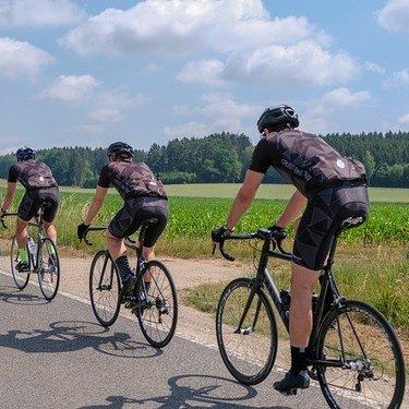 自転車のハンドサインとは?基本の種類や手信号との違いをご紹介!