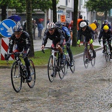 雨の日に活躍する自転車グッズおすすめ15選!濡れずに走るコツは!?