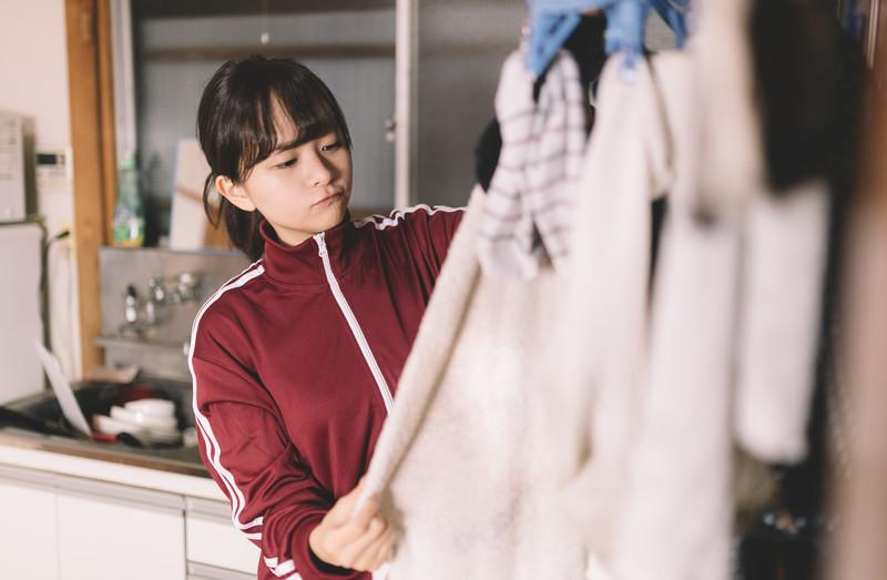 洗濯する少女