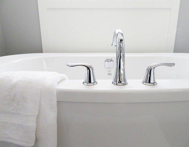 浴槽(お風呂)の水垢を落とす方法!頑固な汚れを簡単に取り除くコツは?