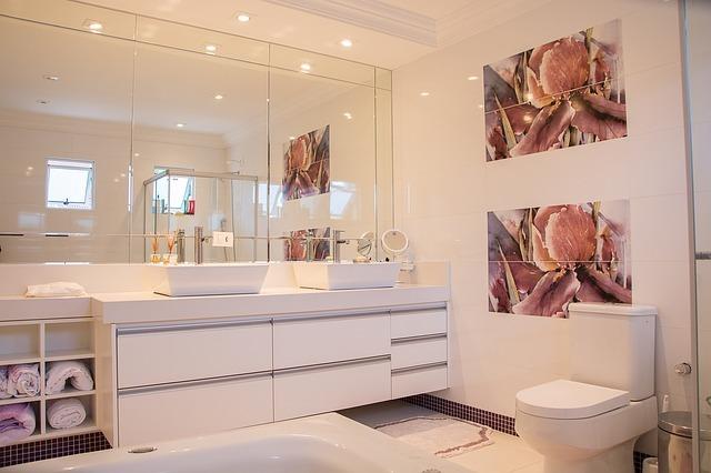 お風呂の鏡の掃除方法!頑固な水垢・油膜・うろこをきれいにするには?
