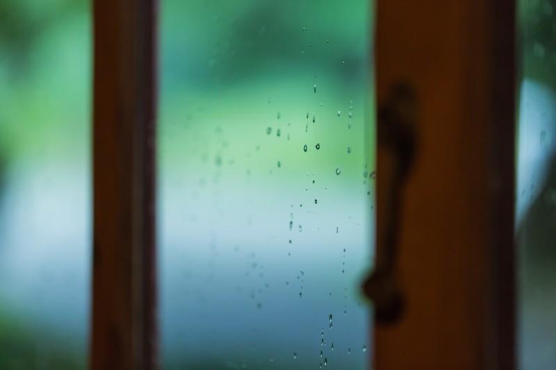 窓の結露防止グッズ10選!冬の窓に水滴を発生させないための対策とは?