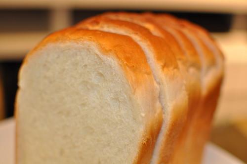 食パンを「冷蔵庫で」保存するのはアリ?ナシ?常温保管とはどう違う?