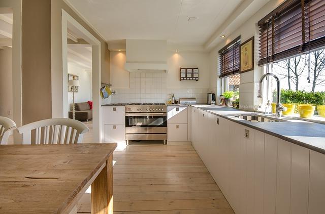 キッチン床の掃除!油汚れのべたつきや黒ずみを綺麗に落とす方法!