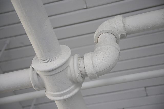 DIYで排水管の詰まりを解消する方法&パイプの洗浄の仕方を解説!