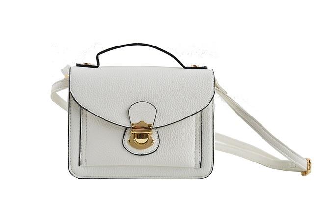 クラッチバッグの持ち方を紹介!どうしたら持ちやすい?運びやすい?