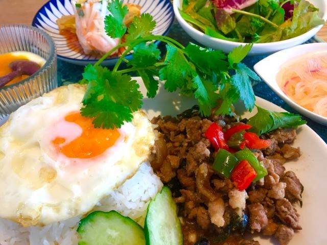 ガパオライスとは?タイの伝統料理に必要な材料や簡単な作り方を紹介!