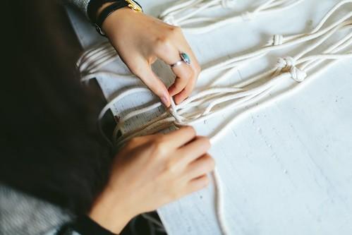 タペストリーをマクラメ編みで作る方法!必要な材料や手順を解説!
