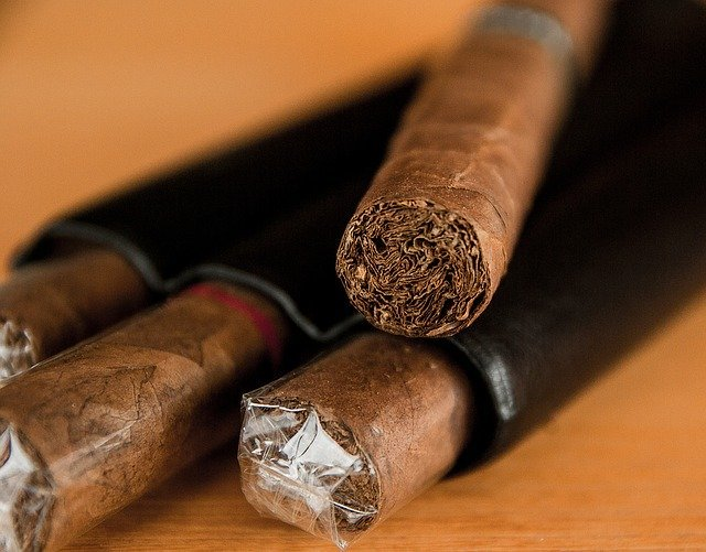 シガリロの吸い方!初心者向けに葉巻の持ち方や楽しみ方もご紹介!