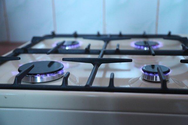ガスコンロの掃除方法!頑固な油汚れや焦げ付きをきれいに落とすには?