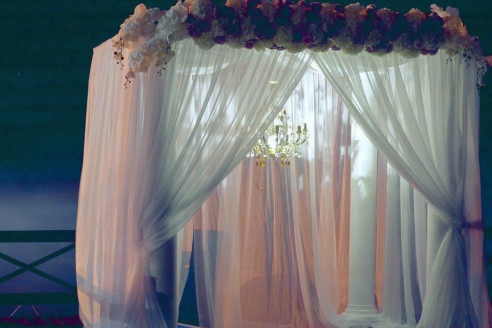 天蓋カーテンのインテリア例13選!お姫様気分を味わえるカーテンは?