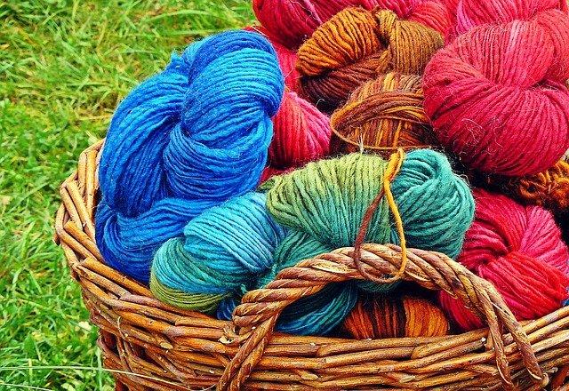 シンプル簡単!指編みマフラーの編み方!指編みで作れるアイテムも紹介