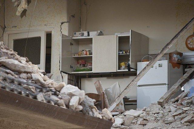 【地震対策】家具の転倒や中身の飛び出しを防止する方法&グッズを紹介