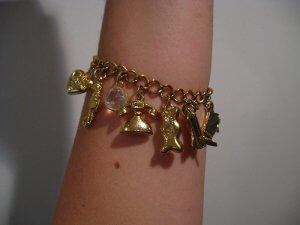 https://commons.wikimedia.org/wiki/File:Gold_charm_bracelet.JPG