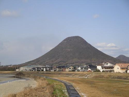 讃岐の富士「飯野山」でお気軽登山!一緒に寄れるおすすめのうどん屋は?