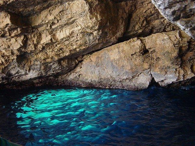 青の洞窟はイタリアの絶景名所!行き方や料金・ベストシーズンはいつ?