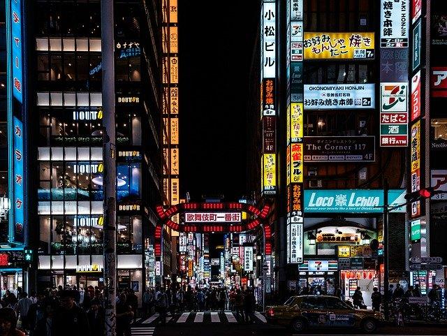 日本一の歓楽街・新宿歌舞伎町を楽しむ!見どころやおすすめのホテルは?