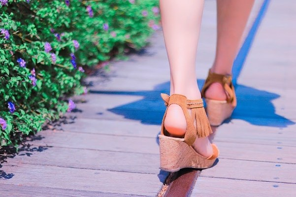 足元を見るの意味や語源とは 足元を見られるなどの使い方や例文