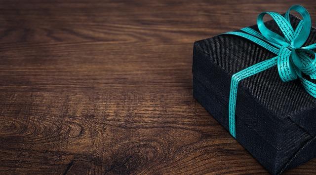 青いリボンのギフト箱