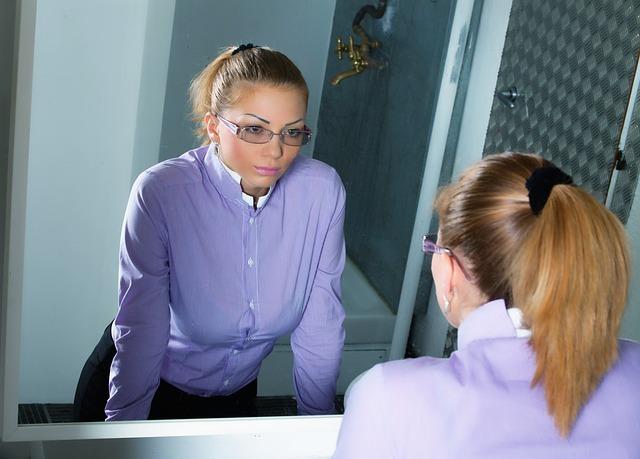 鏡に自分を映す