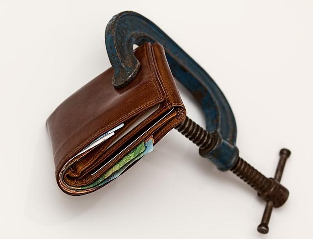 財布を万力で締め上げる画像