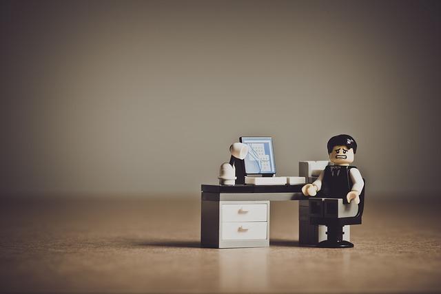 パソコンの前で困っている男性(人形)