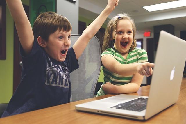 パソコンの前で喜ぶ子供