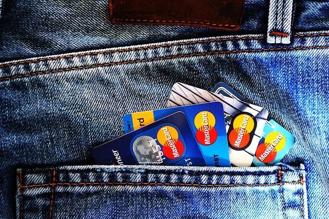 ポケットにねじ込まれた数枚のクレジットカード